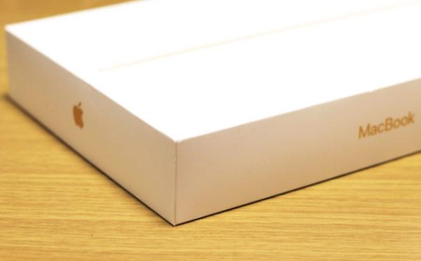 外箱には「MacBook」のロゴ