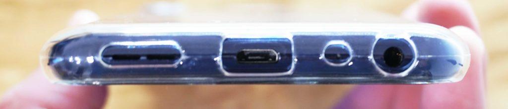 ASUS ZenFone Max Pro M2にクリアケースを付けた時のコネクタ部の写真