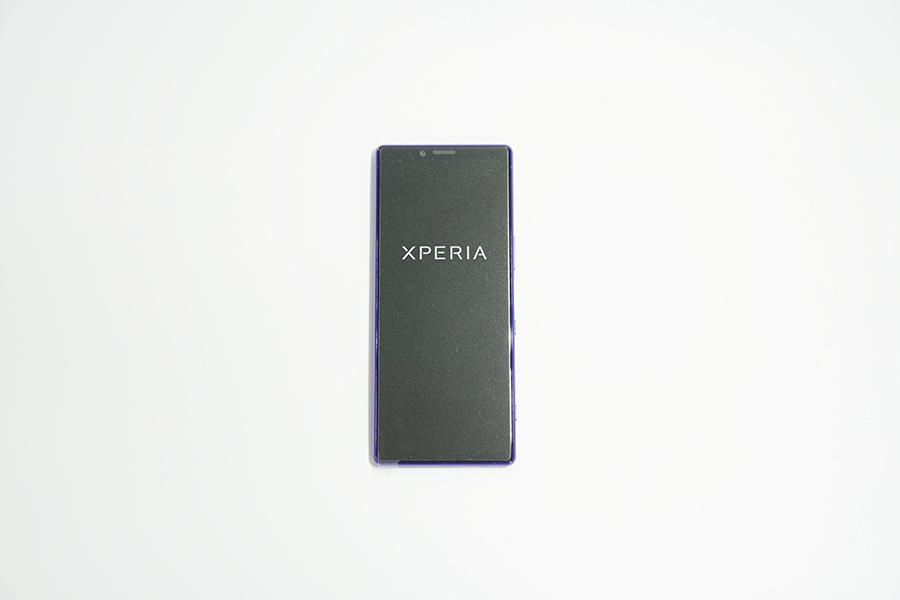 Xperia 1の前面に初期フィルムが貼られている