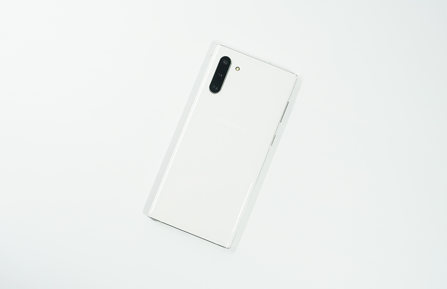 Galaxy Note10の背面デザインを右から撮影