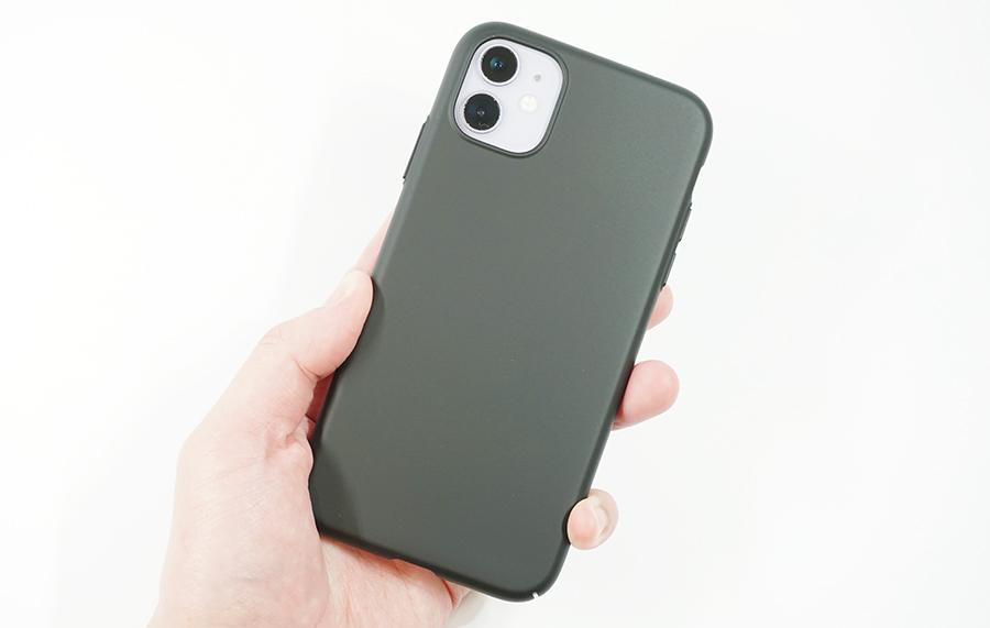 iPhone 11にブラックバードケースを付けて持つ