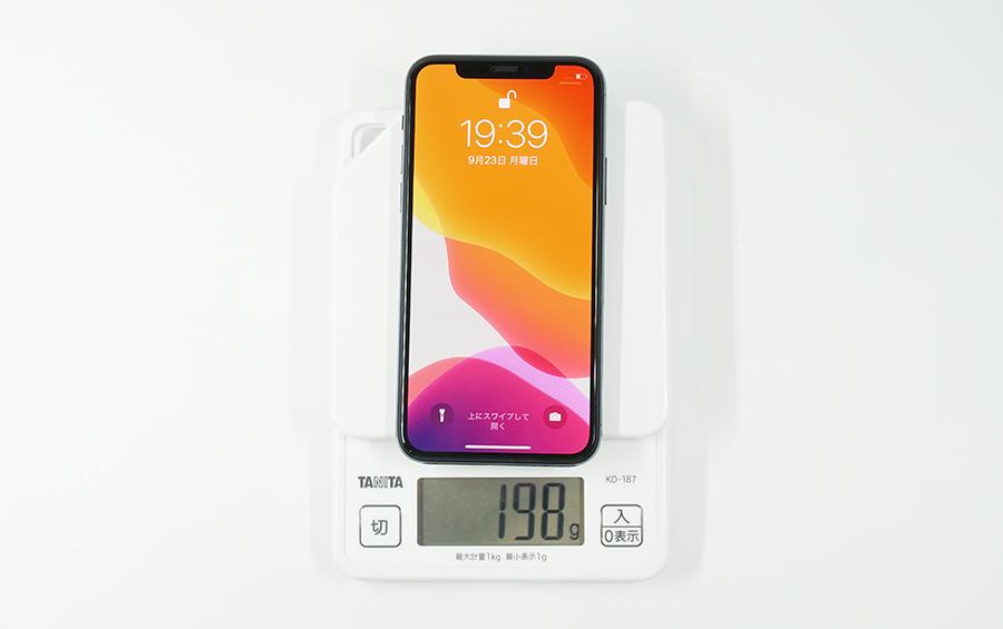 iPhone 11 ProにSHINEZONEの縁まで覆える全面保護強化ガラスフィルムを付けた状態の重さは198g