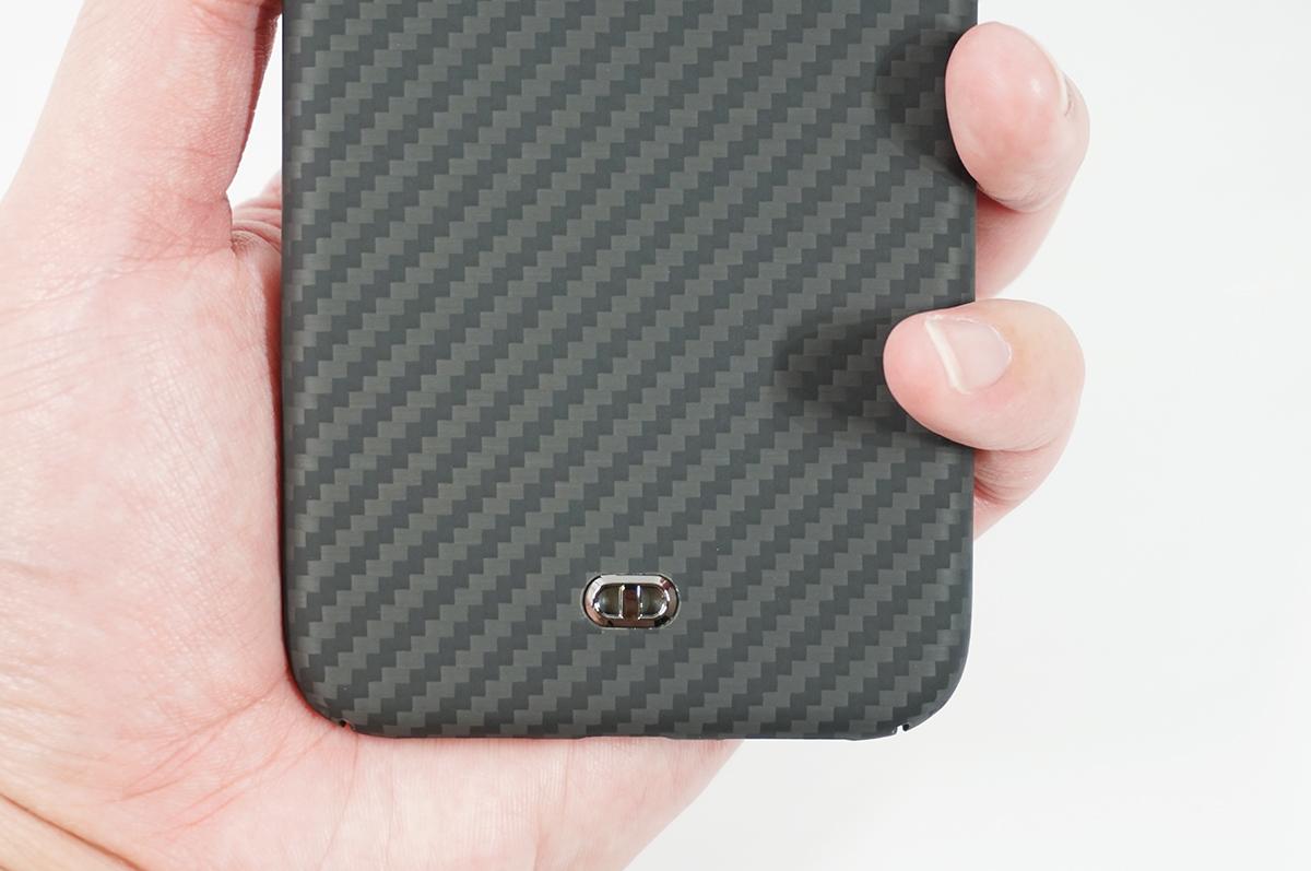 DURO for iPhone 11 Proの背面にあるストラップホールで