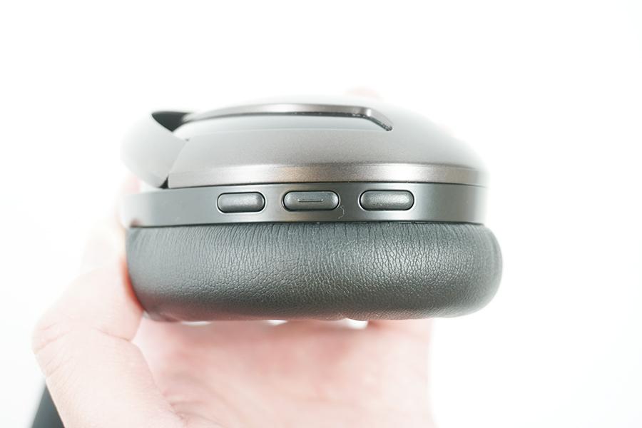 右側には、中央に再生および一時停止ボタン、両サイドに音量ボタン