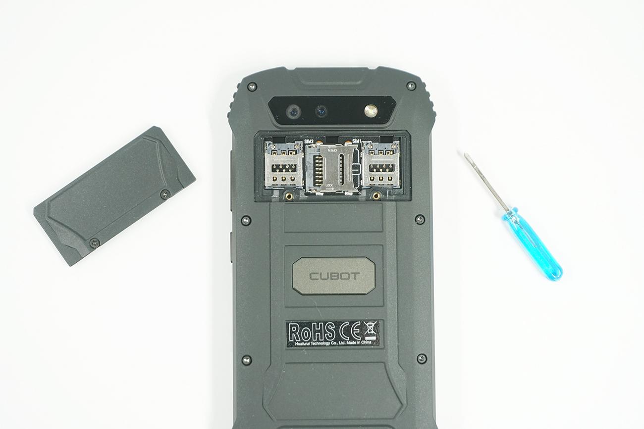 SIMスロットはカバーで覆われている