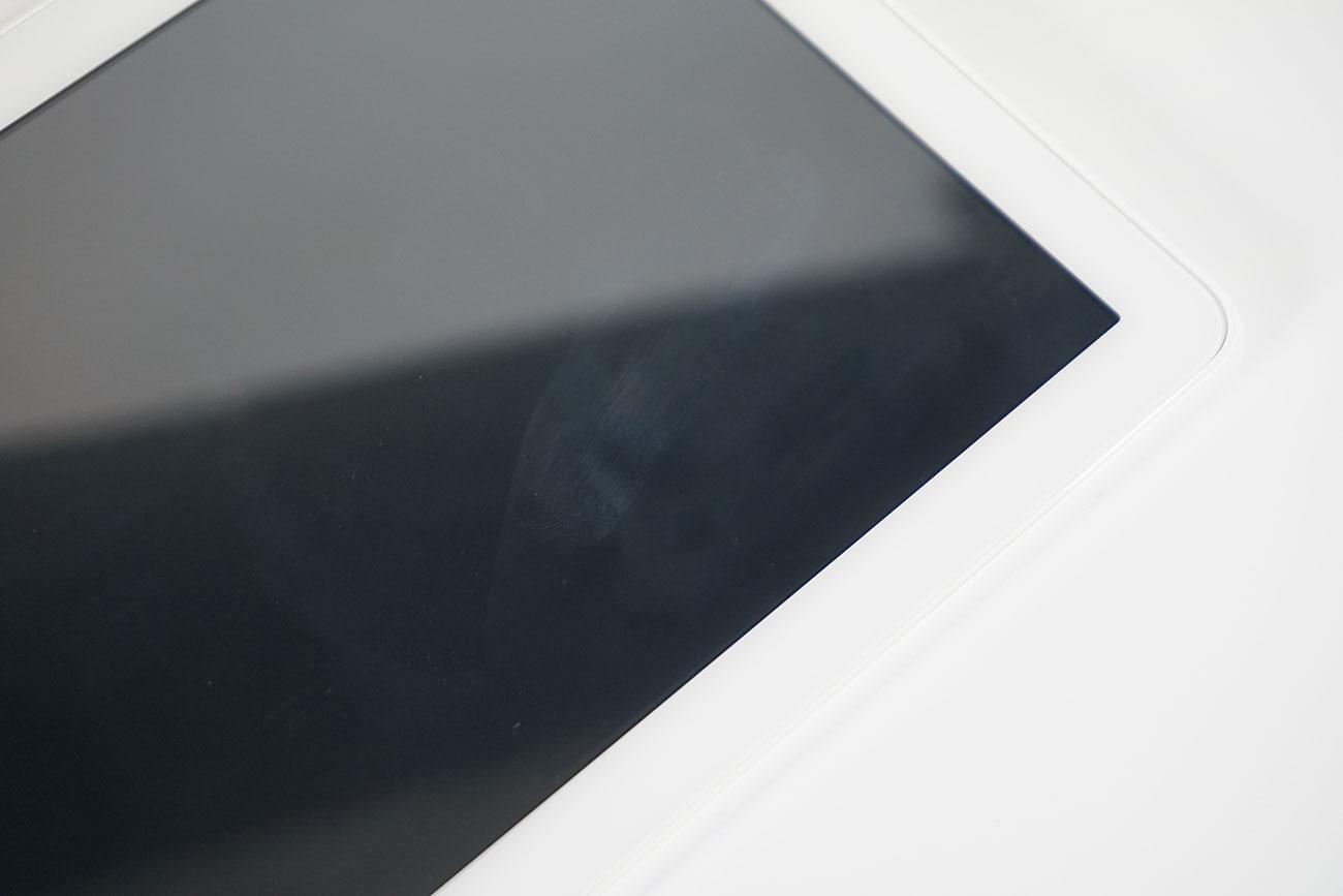 Fire HD 8(2020)はディスプレイに保護フィルムは貼られておらず、指紋が付きやすい