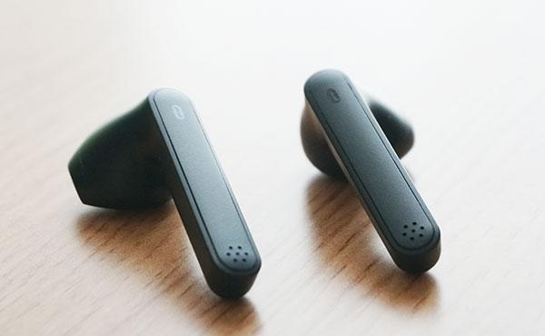 イヤホ本体にはタッチセンサー式ボタンを搭載