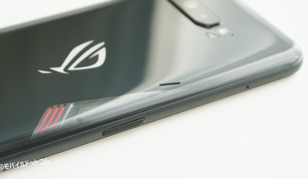 左側面には「SIMスロット」、「USB Type-C端子と専用アクセサリー接続端子」