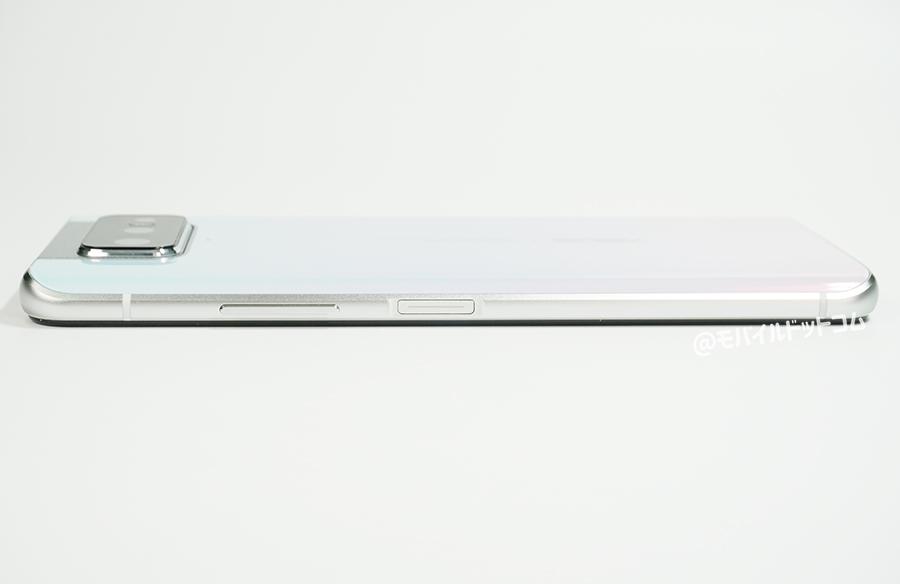 右側面には、「音量ボタン」、「指紋認証一体型の電源ボタン(スマートキー)」