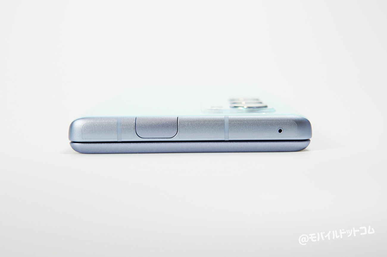 上部側面には、ポップアップ式のインカメラを搭載