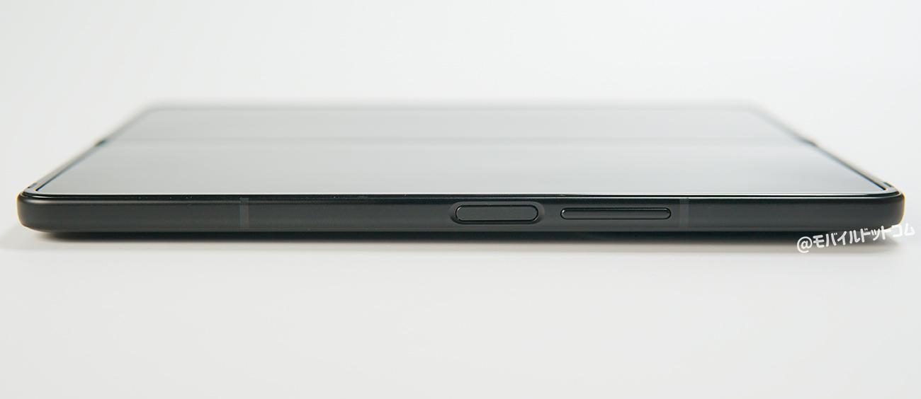 右側面には、「音量ボタン」、「電源ボタン(指紋認証センサー一体型)」